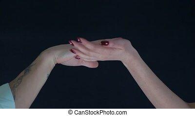 femmes, hommes, arrière-plan noir, mains