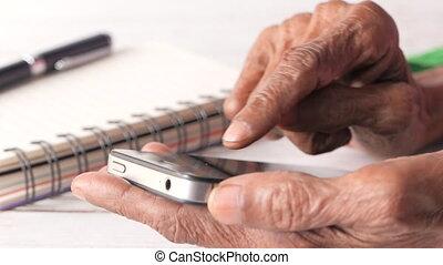 femmes, intelligent, grand plan, main, utilisation, téléphone, personne agee