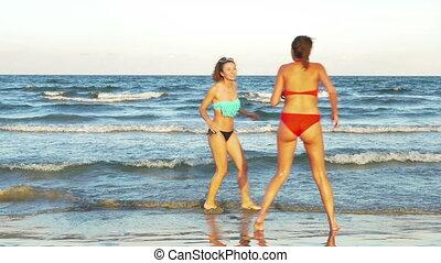femmes, jouer, jeune, océan