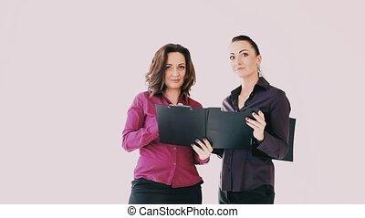 femmes, papier, deux, bureau, discuter