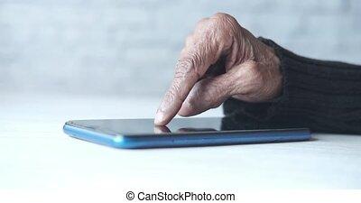 femmes, utilisation, intelligent, fin, personne agee, téléphone, main haut