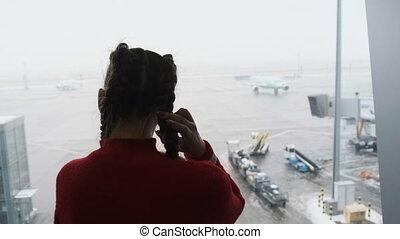 fenêtre, silhouette, regarder, jeune, terminal, avions, aéroport, masqué, femme