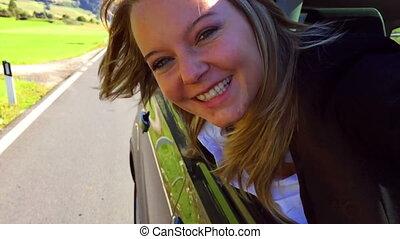 fenêtre voiture, femme souriant, dehors