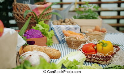 ferme, gros plan, stalle, mains, chou, marché, pain, prendre
