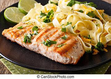 fettuccini, saumon, herbes, garni, pâtes, grillé, horizontal, fromage, closeup.