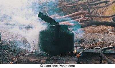 feu, sur, suie, ébullition, bouilloire, brûler, ouvert, touriste, noirci