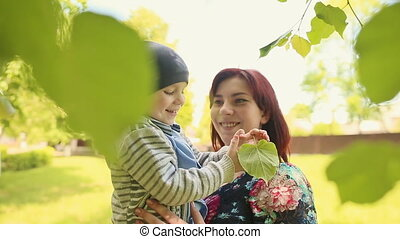 feuilles, jeune, arbres, maman, bébé, jouer