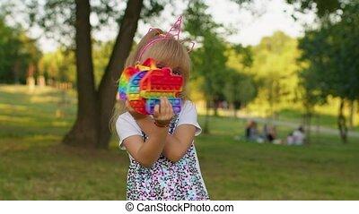 fidget, poussée, jeu, pop, femme, projection, soulagement, inquiétude, enfant, il, pression, bulle, jouets, tension, girl, sensoriel