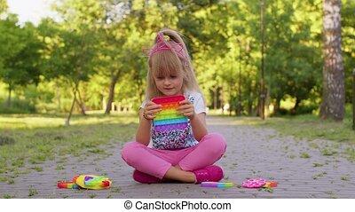 fidget, poussée, jeu, pop, jouer, gosse, jouets, enfant, il, inquiétude, pression, soulagement, bulle, tension, girl, sensoriel