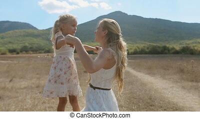 fille, étreinte, ils, montagne, fond, jeune maman, autre, baiser, chaque, amusement, pentes, avoir