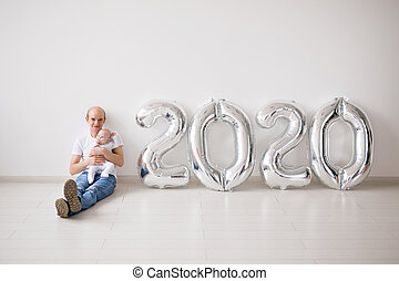 fille, année, tenue, père noël, fetes, nouveau né, fier, -, concept, bébé, nouveau, ballons, 2020, sien