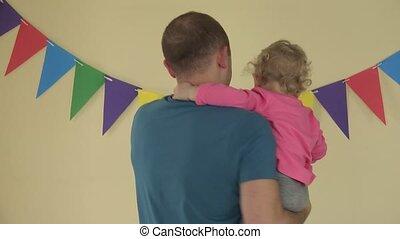 fille, autour de, danse, père, indoor., 4k, mains, petit, filer