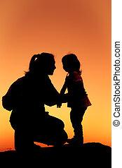 fille, ensemble, main, mère, silhouette, serrer, sunset.