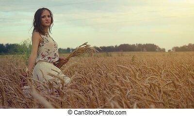 fille femme, coucher soleil, marche, toucher, maïs, slowmotion., jeune, field., 1920x1080, oreilles, romantique, hd, champ, blé, main, beau