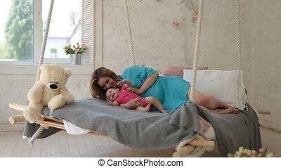fille, jeune, lit, mère, bébé, jouer