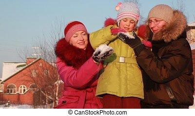 fille, neige, dehors, père, jeu mère