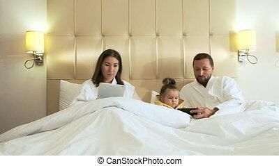 fille, social, réseaux, dessins animés, smartphone., montres, tablette, papa, maman, peu, spectacles