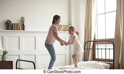 fille, tenue, lit, sauter, maman, mains, gosse, heureux
