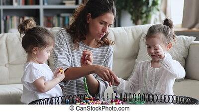 filles, confection, sourire, jouer, collier, gosses, deux, maman