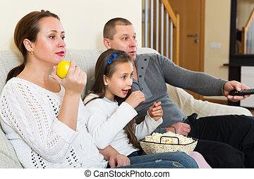 film, famille heureuse, regarder