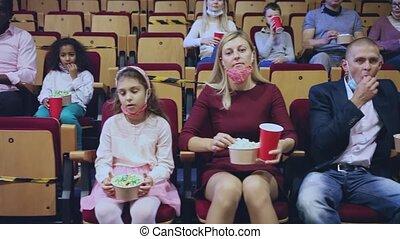 film, pop-corn, famille, protecteur, enfant mange, masques, porter, regarder, cinéma
