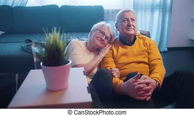 films, vieux, regarder, amour, floor., couple, personnes agées, âge, séance, quoique, affection, heureux
