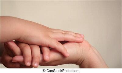 fils, mère, tenant mains