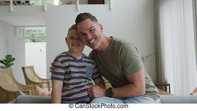 fils, maison, salle, caucasien, vivant, portrait, sourire, père