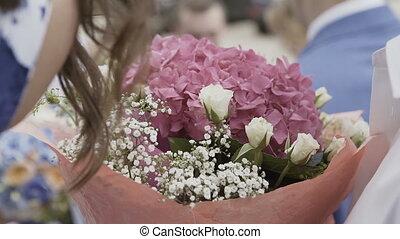 fleurs, femme, mains