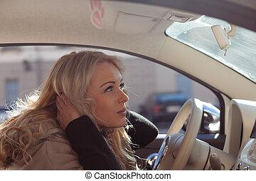 fluffing, femme, elle, dangereux, chauffeur, haut, jeune, cheveux
