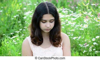 foncé-d'une chevelure, jeune regarder, appareil photo, dehors, girl