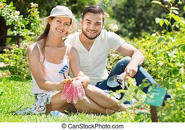 fonctionnement, famille heureuse, jardin