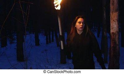 fonctionnement femme, quelque chose, jeune, effrayé, appareil photo, regarder, torche