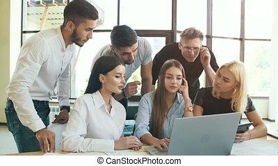 fonctionnement, groupe, hommes affaires, jeune, ordinateur portable, ensemble