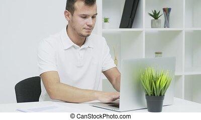fonctionnement, homme affaires, bureau, informatique, réussi