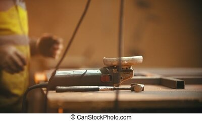 fonctionnement, homme, broyeur, -, premier plan, atelier, saisir, soudure