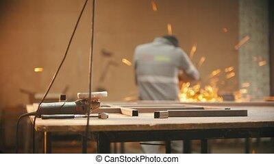 fonctionnement, homme, broyeur, -, premier plan, atelier, soudure