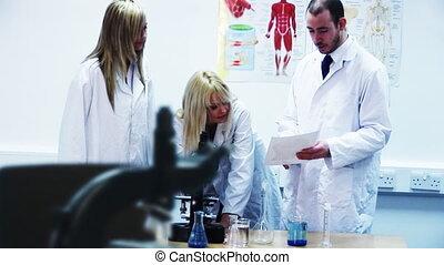 fonctionnement, microscope, laboratoire, scientifiques, jeune