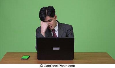 fonctionnement, ordinateur portable, jeune, contre, vert, asiatique, fond, homme affaires, beau