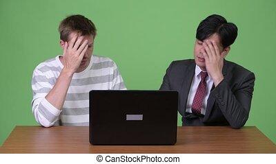fonctionnement, ordinateur portable, jeune, ensemble, scandinave, asiatique, homme affaires