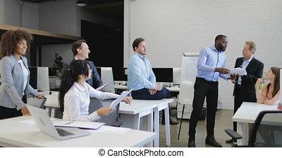 fonctionnement, professionnels, discuter, businesspeople, ensemble, rapports, avoir, équipe, documents, problème, réunion, crise