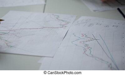 fonctionnement, projection, pointer., diagrammes, mains, table, mensonge