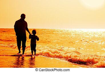 fond, père, fils, silhouettes, coucher soleil, mer