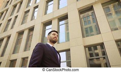fond, réussi, bâtiment., ville, homme, homme affaires, moderne, autour de, heureux, marche, plein assurance