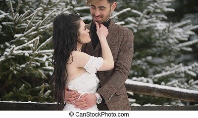 forêt, couple, jeune, caresser
