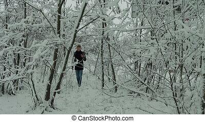 forêt, marche, homme, hiver, jeune