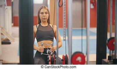 formation, femme, poids, athlète, -, morceaux, poignées, traction, connecté, gymnase