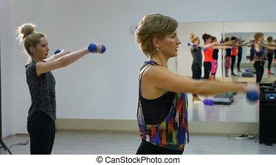 formation, gymnase, biceps, jeune, poids, femmes