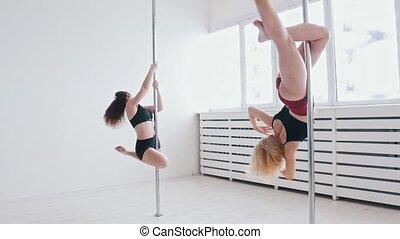 formation, jeunes femmes, danse, rotation, blanc, clair, studio, -, autour de, poteau