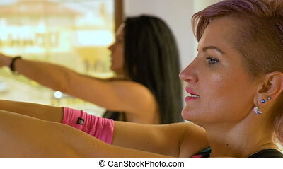 formation, muscles, centre, crise, triceps, machine, closeup, fitness, traction, câble, femmes